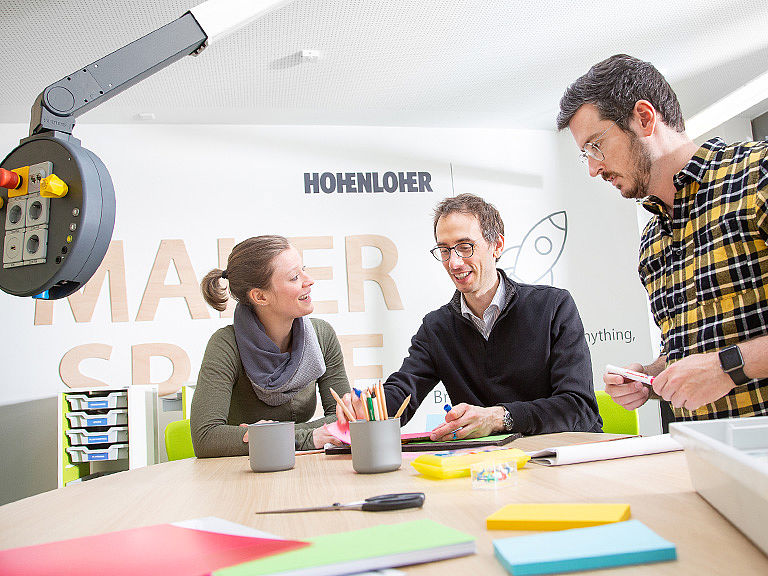 Bild: Lehrer gemeinsam im Makerspace Design Thinking