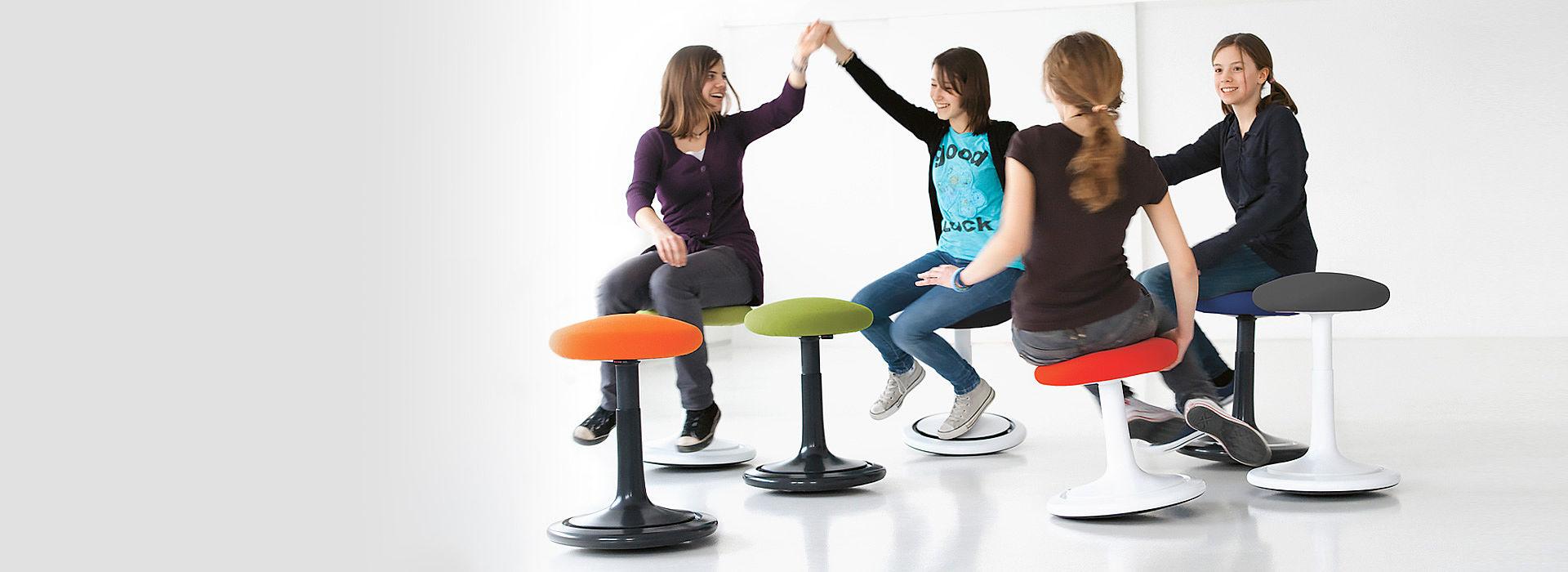 Bild: Dynamisches Sitzen auf Ongo Hockern