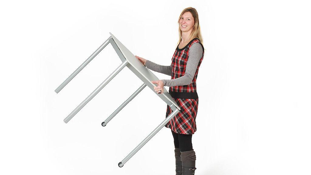 Bild: Frau hält den besonders leichten ORGANIC Stapeltisch