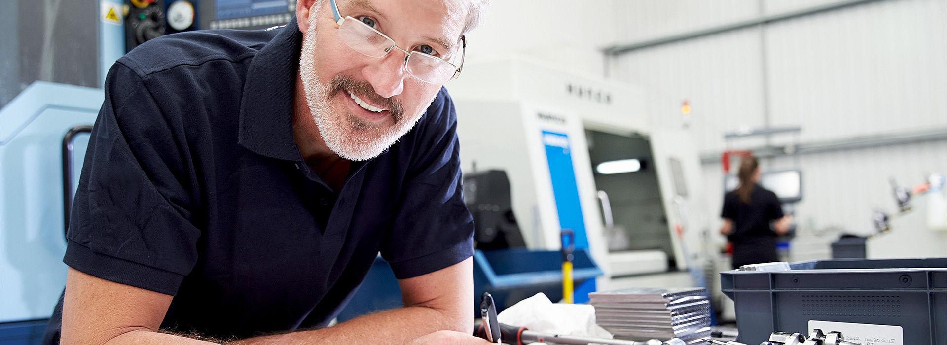 Bild: Mann vor CNC-Maschine