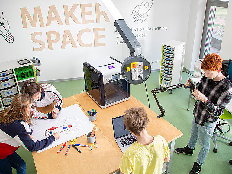Bild: Schüler gemeinsam im Makerspace 3D Modeling & Printing