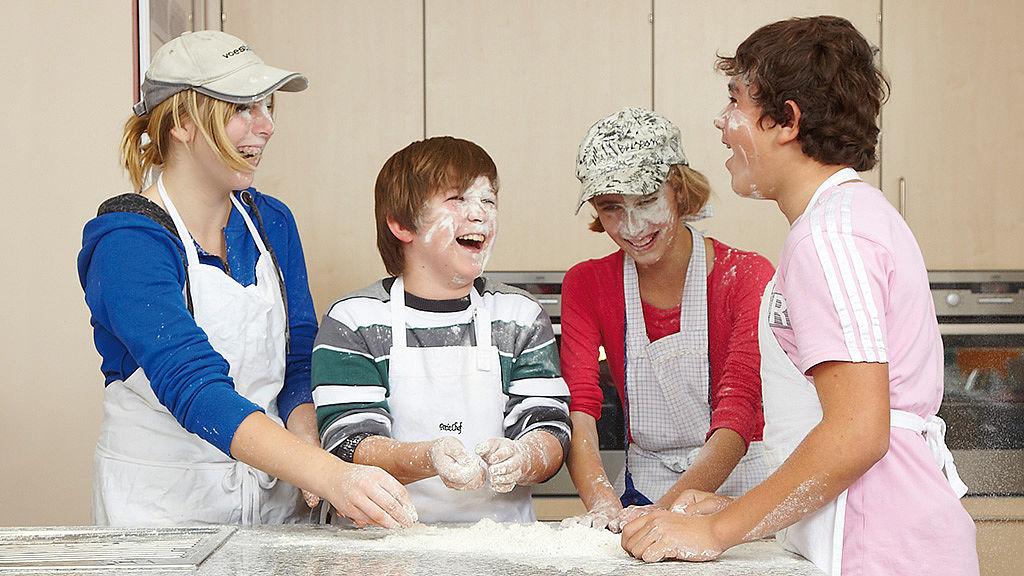 Bild: Schüler bereiten Knetteig zu