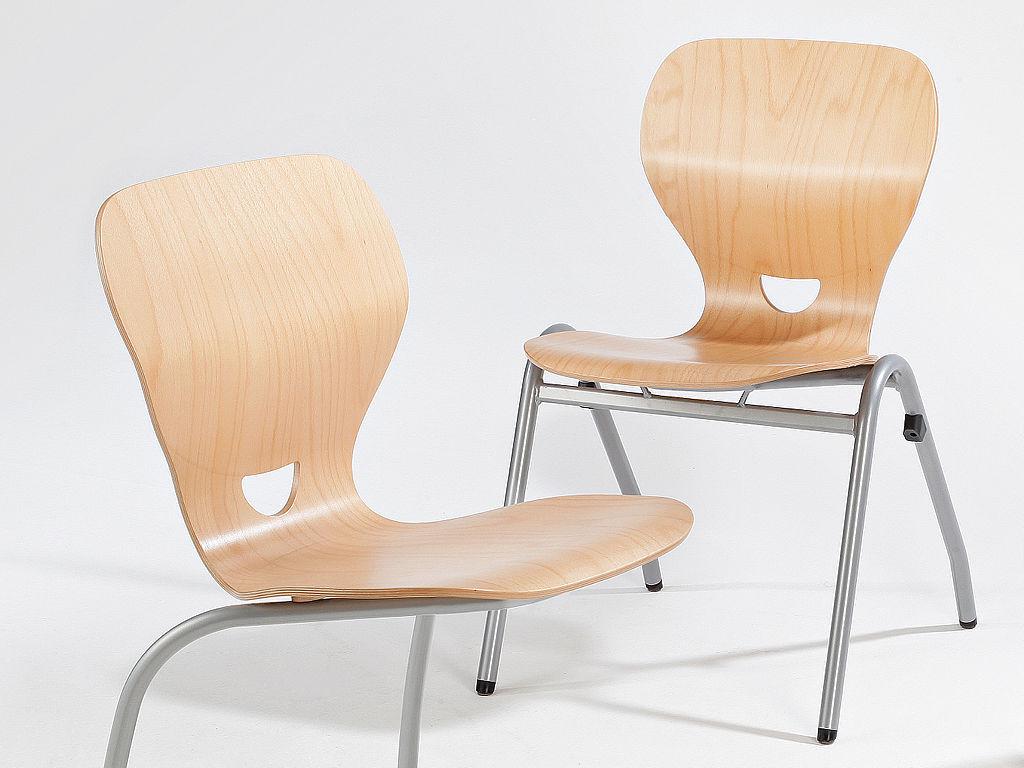 Bild: Funierte und lackierte Ligno Stühle
