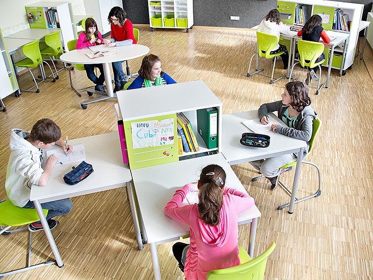Bild: Schüler und Lehrerin im Lernraum