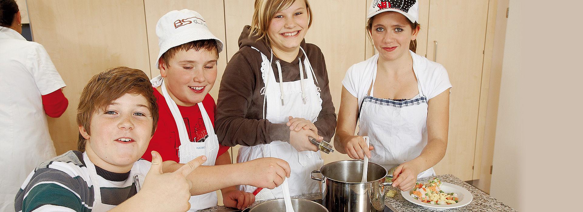 Bild: Schüler haben Spaß beim Kochen in der Lernküche