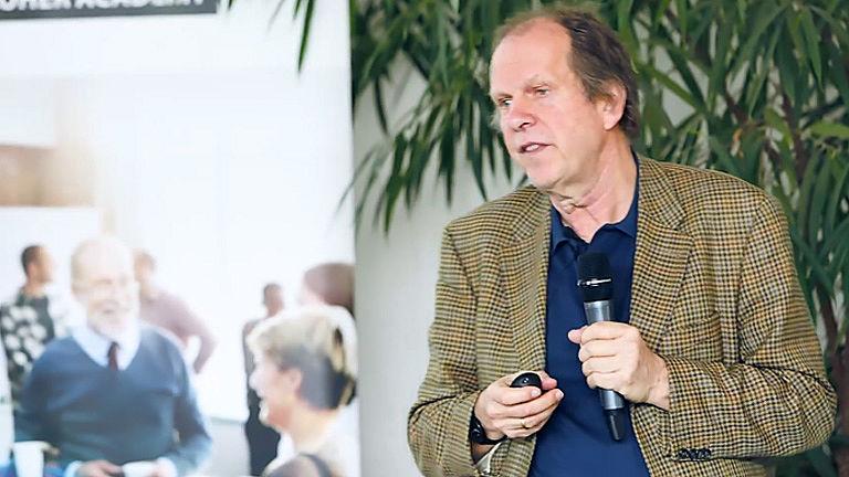 Video: Die Notwendigkeit von Lernraumdesigns mit Prof. Olaf Burow