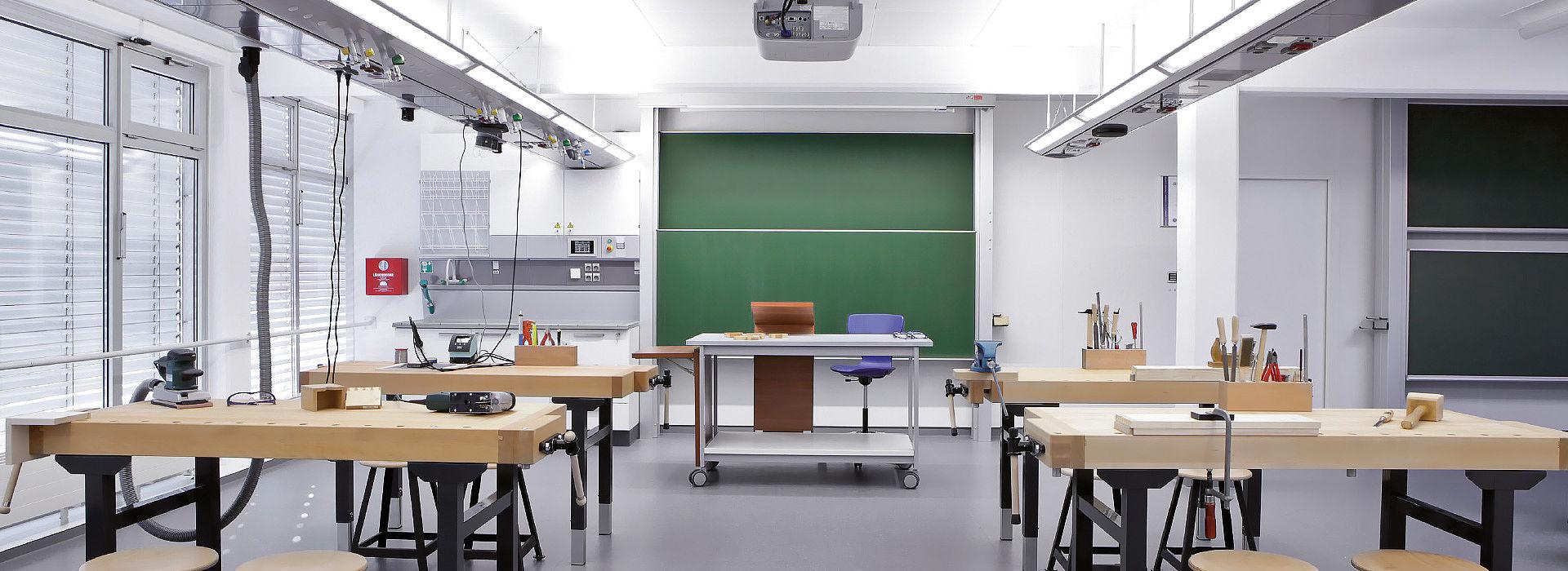 Bild: Klassenzimmer mit Werkbänken