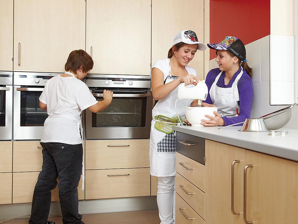 Bild: Küchenbeispiel mit Schülern beim Experimentieren