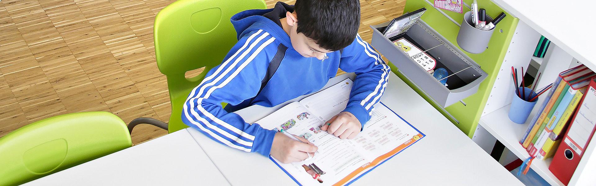 Bild: Schüler bei den Hausaufgaben