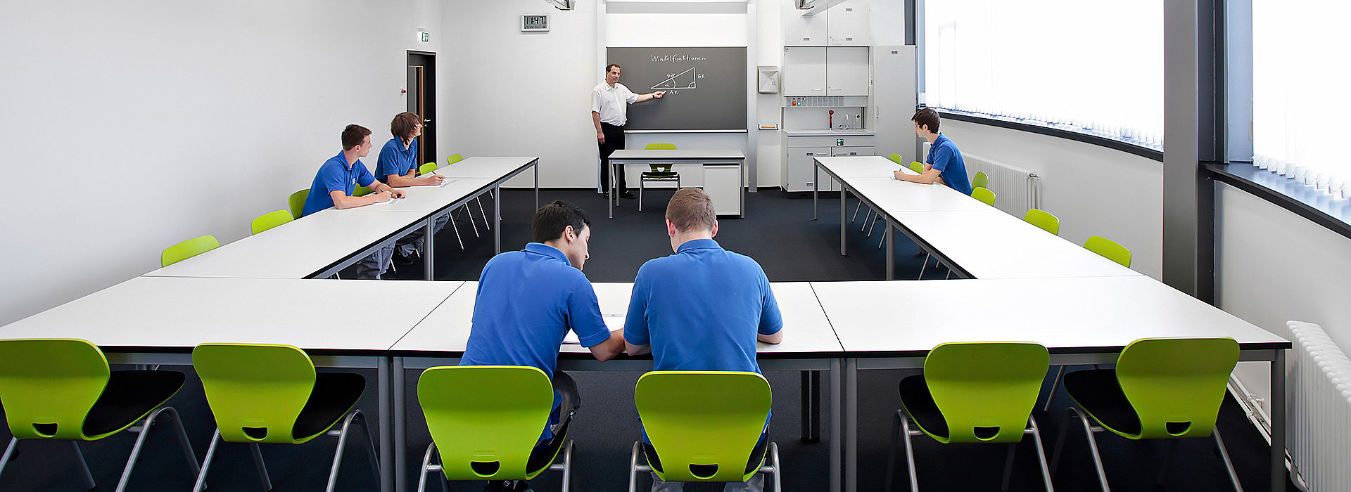 Bild: Schülergruppe lernt mit QUWIS Raumkonzept