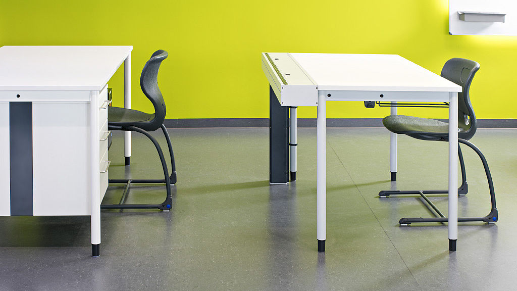 Bild: COMBO PC Tische mit Steigkanal für Kabel