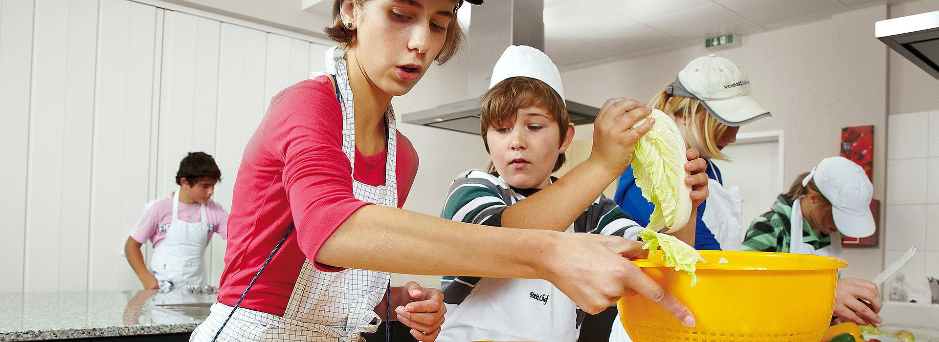 Bild: Schüler lernen etwas zubereiten
