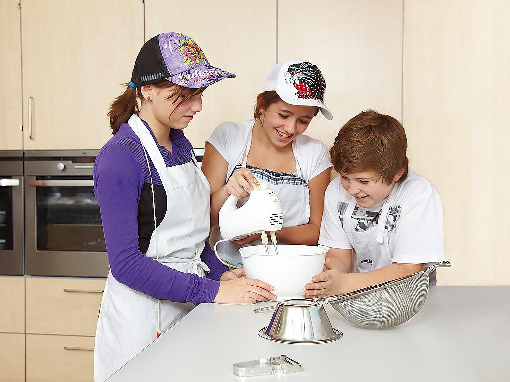 Bild: Kinder kochen in einer Lernküche