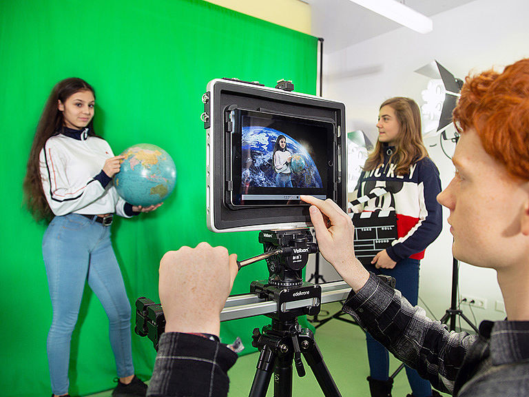 Bild: Schüler gemeinsam im Makerspace Video Production