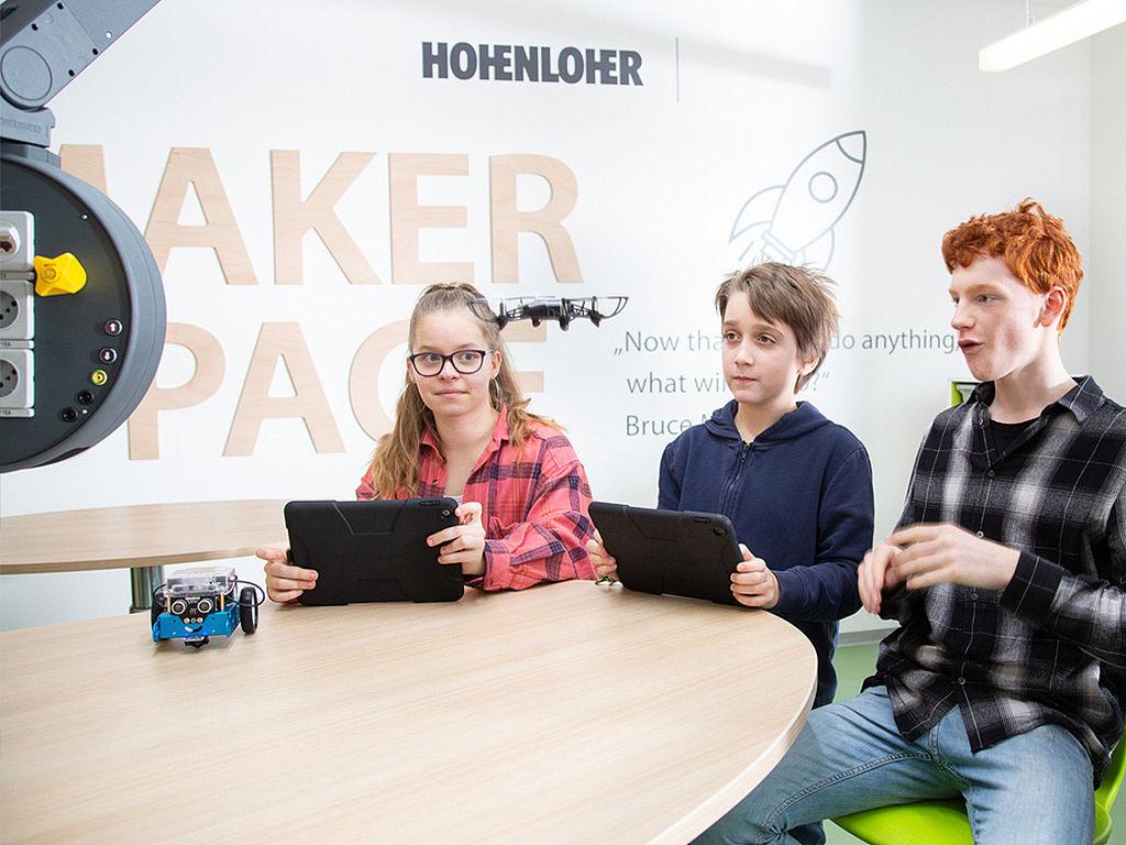 Bild: Gruppe von Schülern steuert Drohne
