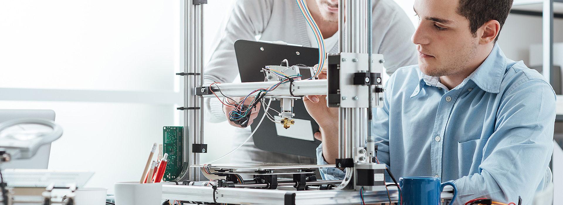 Bild: Menschen an 3D-Drucker
