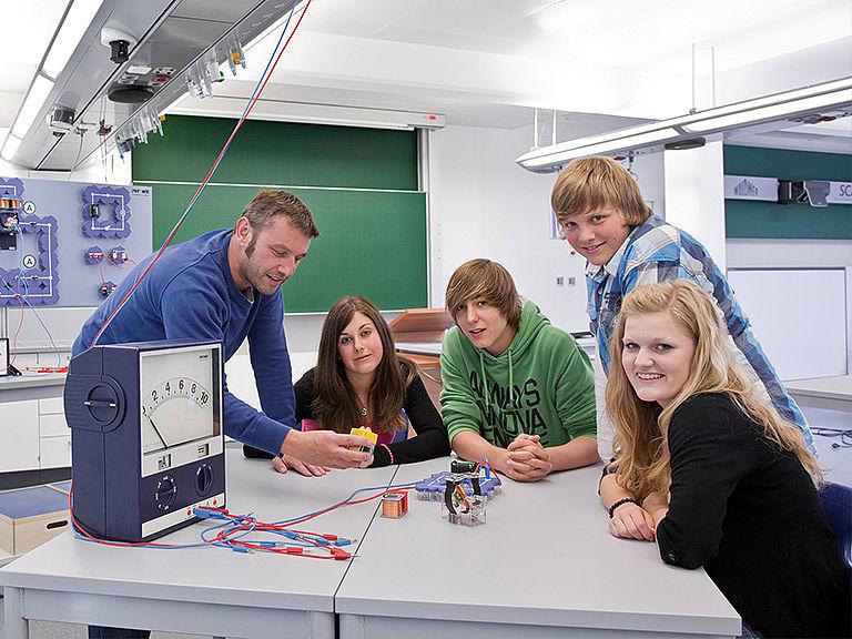 Bild: Schüler und Lehrer im Lernlabor NAWIS®