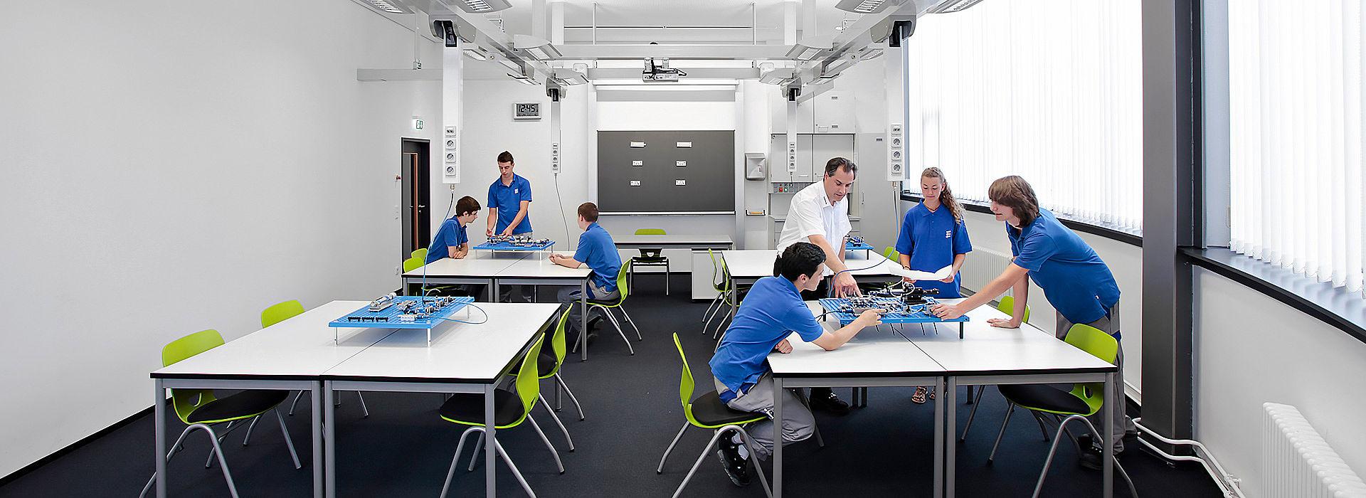Bild: Schülergruppe lernt mit QUWIS® Raumkonzept
