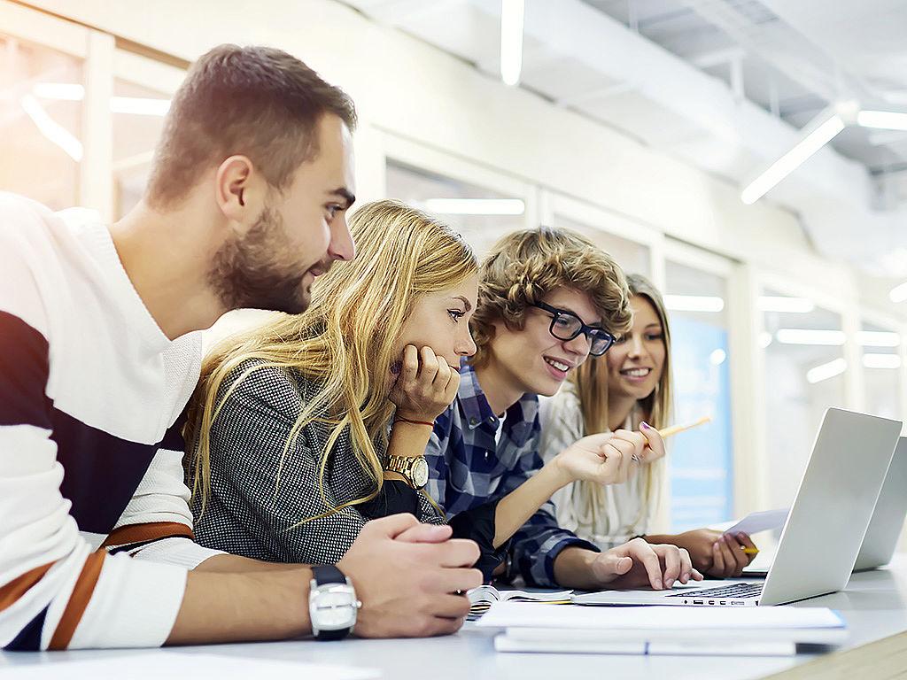 Bild: Jugendliche lernen in Klassenzimmer